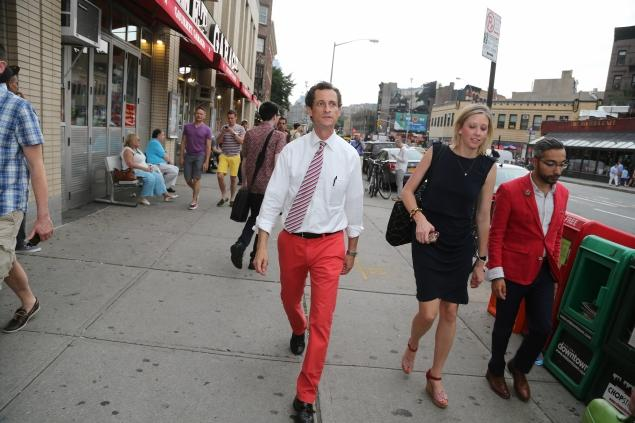 Anthony Weiner gets 2 legs up on NYC mayoral competitors with bright trousers